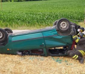 Montecassiano, l'auto esce di strada e si ribalta: il conducente resta incastrato nell'abitacolo