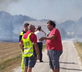 Porto Recanati, vasto incendio in località Scossicci: canadair in azione. Evacuate tre abitazioni (FOTO e VIDEO)