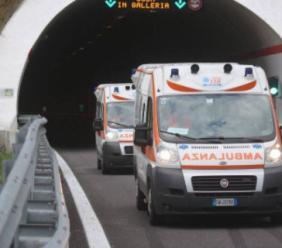 Tamponamento in galleria, un'auto si ribalta: due feriti, superstrada chiusa a Muccia