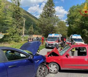 Sefro, scontro frontale tra due auto: donna estratta dalle lamiere e soccorsa in eliambulanza
