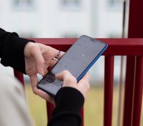 Controllare il cellulare del coniuge è reato?