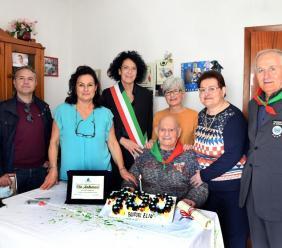 Elio Andreozzi festeggia il secolo di vita: cerimonia a Mogliano con il sindaco e le tre figlie
