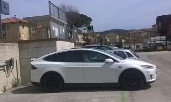 E' Camerino il primo paese dell'entroterra maceratese ad installare due colonnine Tesla per ricaricare auto elettriche