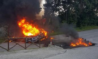 Moto si incendia e finisce sotto un'auto: centauro ricoverato in ospedale