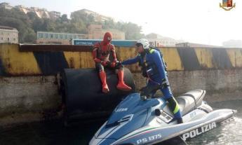 """""""Ho finito la ragnatela"""", ma sotto la maschera di Spiderman c'è un turista in attesa di imbarcarsi"""