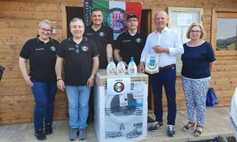 Caldarola, i motociclisti del Burgman Club Italia donano un'asciugatrice