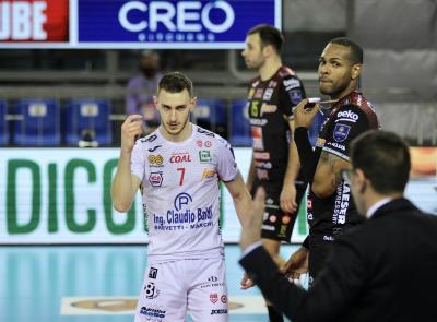 La Lube viene domata al tie-break da Perugia: Leon incontenibile, la finale torna in parità