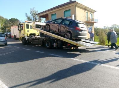 Passo di Treia, scontro fra due auto: un ferito finisce in ospedale