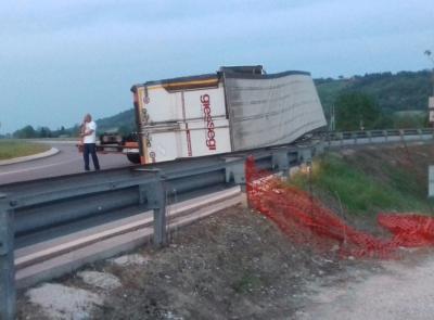 Camion perde il carico: incidente a Villa Potenza