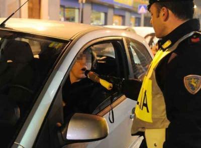 Alcoltest: il mancato avviso al conducente della facoltà di farsi assistere da un difensore invalida l'intero processo