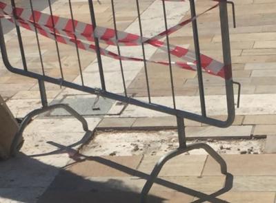 Porto Potenza, marciapiede transennato