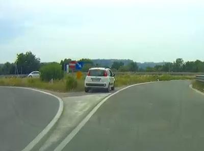 Civitanova, auto ferma all'imbocco della superstrada. Ma non era un guasto