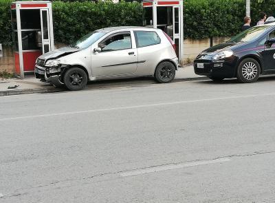 Porto Recanati, non si ferma all'alt dei carabinieri e si schianta
