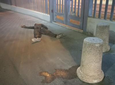 Porto Recanati: chiede aiuto davanti alla caserma, poi stramazza al suolo (FOTO)
