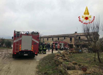 Matelica, incendio in una casa di campagna