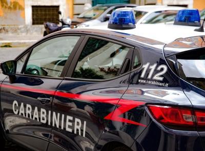 Civitanova, diverbio in strada: scooterista sorpassa e sferra due calci ad un'auto danneggiandola