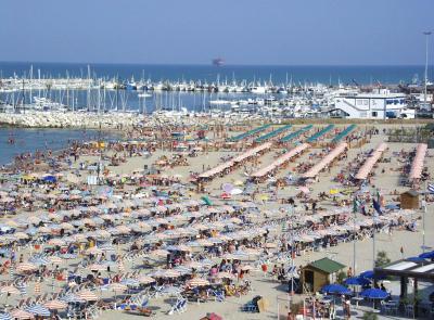 """Che estate sarà? Ecco le nuove regole in spiaggia: """"Ombrelloni meno distanziati"""""""