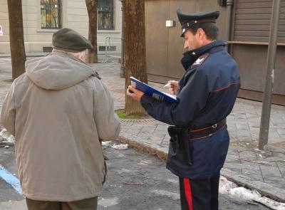 Corridonia, abbraccia un anziano e gli sfila la catenina d'oro: denunciata