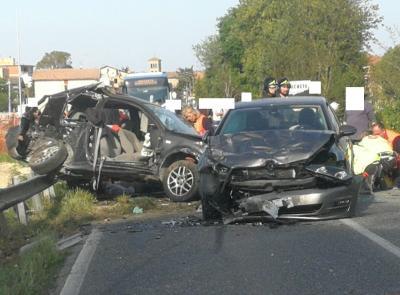 Montecassiano, frontale tra due auto: gravi padre e figlio (FOTO E VIDEO)