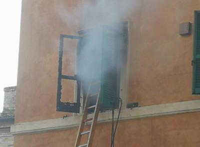 Macerata, incendio in una casa in centro: evacuata la famiglia -FOTO
