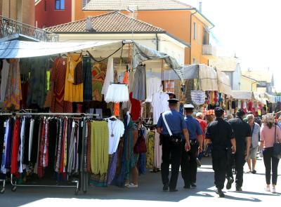 Controlli dei Carabinieri a Potenza Picena per il contrasto del commercio ambulante e abusivo (FOTO E VIDEO)