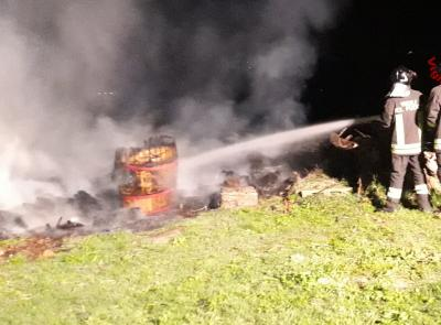 Mogliano, a fuoco una catasta di legname nella notte