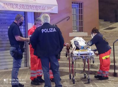 Macerata, discesa kamikaze di un 30enne con la bici lungo Piaggia della Torre: perde l'equilibrio e si schianta a terra (VIDEO e FOTO)
