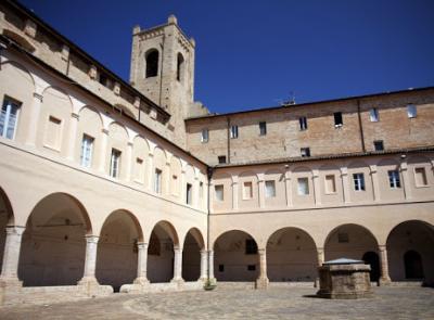 """Recanati, parte """"Estate al Chiostro"""": tre serate tra spettacoli live e mercato di artigianato"""