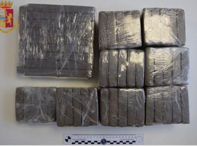 """Oltre 23 kg di stupefacenti in valigia e nella lavatrice: arrestato il """"grossista"""" del fermano (FOTO)"""