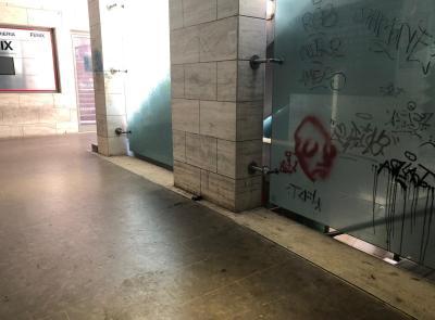 """Macerata, degrado e  inciviltà alla """"Galleria del Commercio"""": la protesta dei cittadini (FOTO)"""