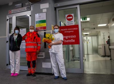 Macerata, Festa della donna: dalla Croce Verde mimose per le operatrici del Pronto Soccorso (FOTO)