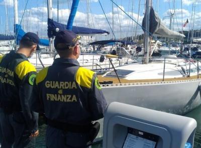 Percepisce il reddito di cittadinanza, ma viaggia in barca a vela: denunciata una donna