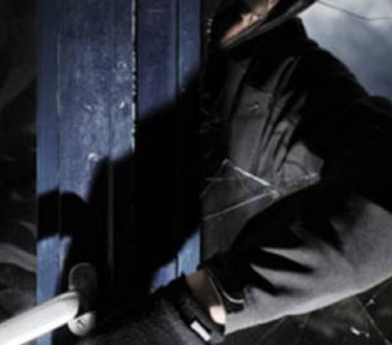 Pioraco, si arrampica sui tubi del gas per rubare in casa: arrestato 44enne