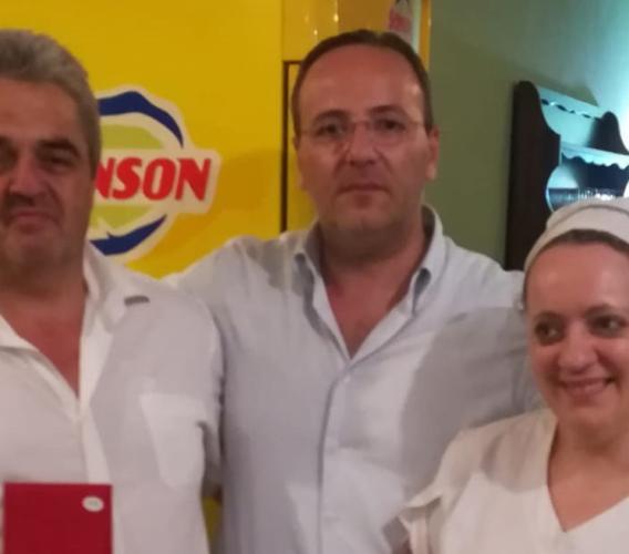 Camerino, 20 anni per l'agriturismo La Finestrella: il sindaco Pasqui premia la famiglia Consoli