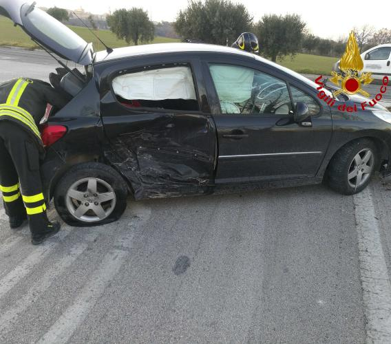 Pollenza, incidente tra due auto all'incrocio di Contrada Vaglie (FOTO)