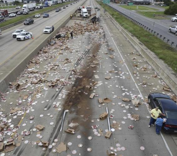 Camion perde il carico, ss76 invasa da bombole gpl