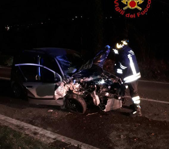 Urbisaglia, finisce con l'auto contro un albero: giovane trasportato a Torrette