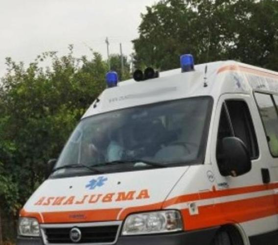 Apiro, gli cade sopra una porta: 83enne in ospedale