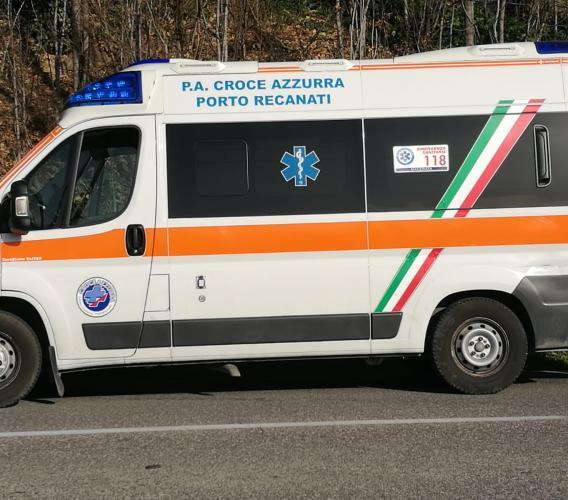 Cessapalombo, precipita dal sottotetto: trasportato in ospedale per varie fratture