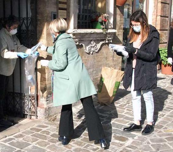 Recanati, sindaco, Giunta e 100 volontari consegnano le mascherine alle famiglie (FOTO)
