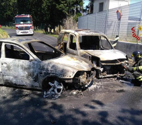 Montelupone, auto in fiamme dopo un incidente: Vigili del Fuoco in azione (FOTO)