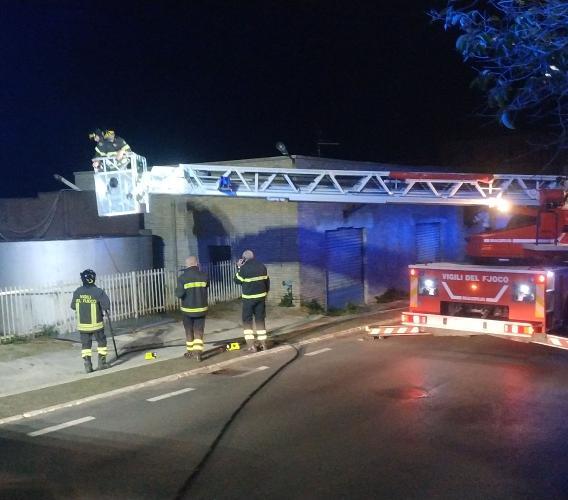 Recanati, vecchio silos in fiamme nella notte: intervengono i Vigili del Fuoco (VIDEO e FOTO)