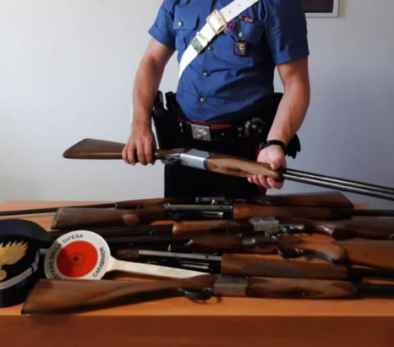 Pollenza - Eredita sette fucili da caccia dal padre, ma non lo dichiara: denuncia per un 48enne