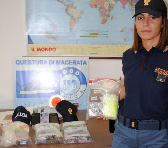 Tentano la fuga in auto con 20mila euro di droga: calci e pugni ai poliziotti. Arrestati due pusher