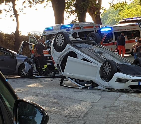 Mogliano, violento scontro tra due auto, una si ribalta: coinvolta anche una bambina