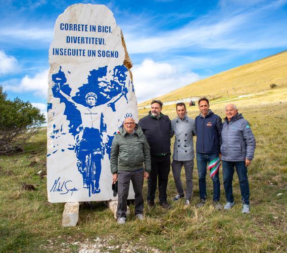Sarnano, taglio del nastro per la stele dedicata a Michele Scarponi: presente Vincenzo Nibali