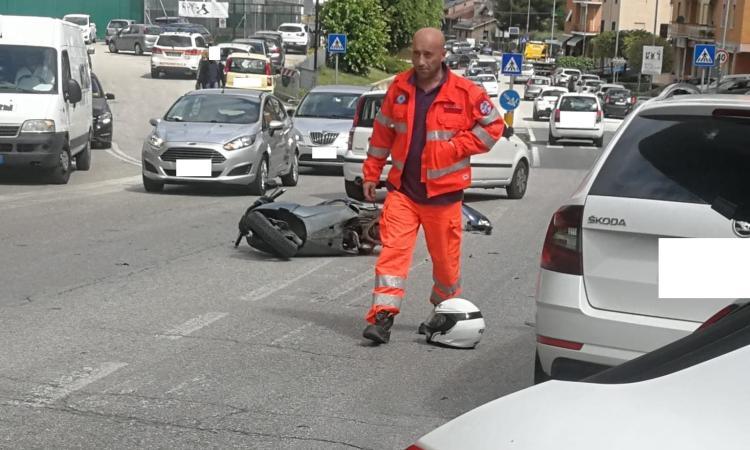 Scontro tra due auto e uno scooter in via dei Velini: motociclista trasportato a Torrette, è grave (FOTO)