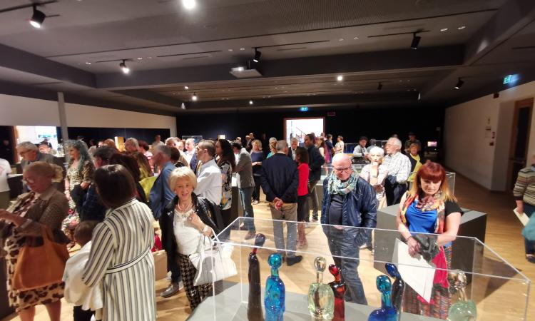 """Tolentino, al Politeama la mostra """"Trasparenze d'autore"""": sculture in vetro di grandi artisti"""