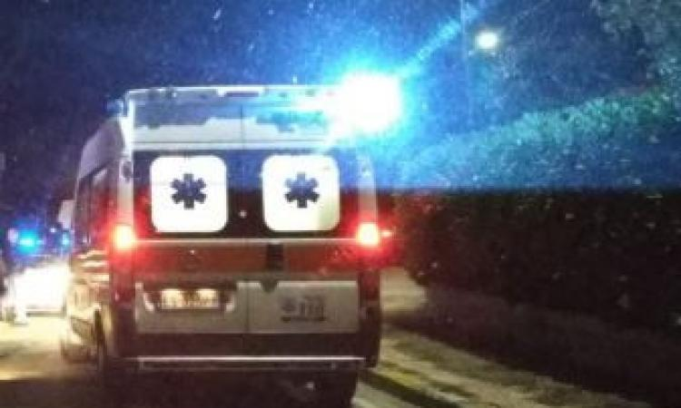 Tolentino, scontro tra due auto alla rotonda: una donna al pronto soccorso