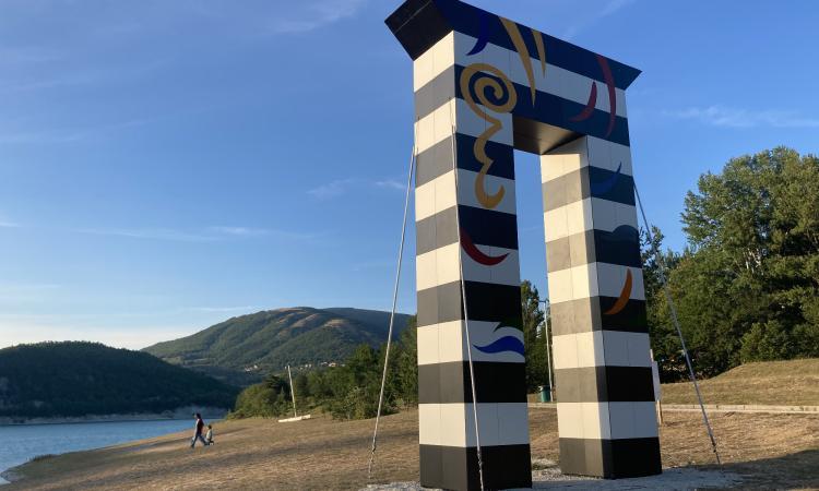 Fiastra, installato l'Arco della Ricostruzione: taglio del nastro il 25 luglio